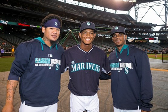 Brayan Hernandez meets with Felix Hernandez (left) and Roenis Elias (right).