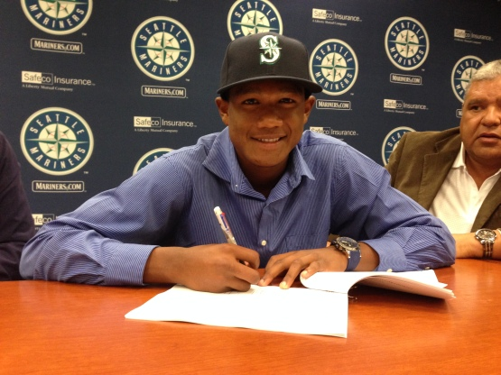 Venezuelan outfielder Brayan Hernandez signs with the Seattle Mariners.