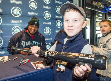 A young fan gets an autograph from Robinson Cano at the 2014 Mariners FanFest.