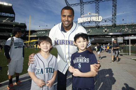 New Mariner Nelson Cruz with some of his fans at FanFest.