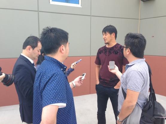 Hisashi Iwakuma meets with the Japanese media.