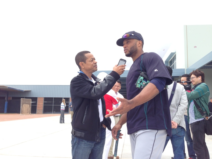 Enrique Rojas chats with Robinson Cano.