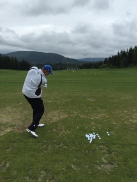 Former Mariner Erik Hanson gets ready on the driving range.