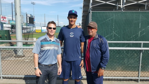 Carlos Vargas (middle) with Mariners Tim Kissner (left) and Eddy Toledo (right).
